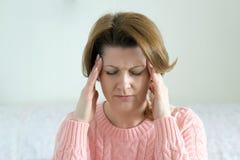 Kobiety mienia ręki na głowie, depresja, ból, migrena obraz stock