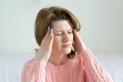 Kobiety mienia ręki na głowie, depresja, ból, migrena Zdjęcie Stock