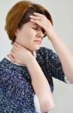 Kobiety mienia ręki na głowie, depresja, ból, migrena zdjęcia royalty free