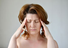 Kobiety mienia ręki na głowie, depresja, ból, migrena fotografia royalty free