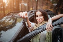 Kobiety mienia samochodu klucze zamknięty zamknięta ręka Kobiety mienia samochodu klucze zamknięty zamknięta ręka jesień pojęcia  Obraz Royalty Free