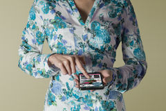 Kobiety mienia smartphone Robić zakupy online stronę internetową Obrazy Royalty Free