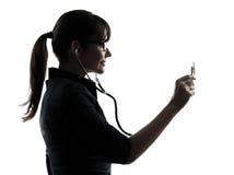 Kobiety mienia stetoskopu doktorska sylwetka fotografia royalty free