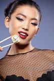 Kobiety mienia suszi z chopsticks Zdjęcia Royalty Free