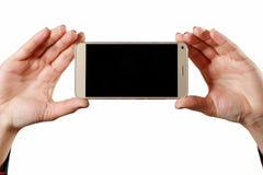 Kobiety mienia telefon kom?rkowy z pustym ekranem na bia?ym tle obrazy royalty free