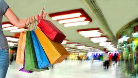 Kobiety mienia torba na zakupy i seansu ok znak Obraz Royalty Free