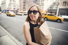 Kobiety mienia torba na zakupy w Soho, Manhattan, Nowy Jork Obraz Royalty Free