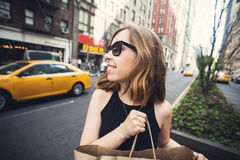 Kobiety mienia torba na zakupy w Soho, Manhattan, Nowy Jork Zdjęcie Stock