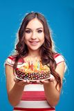 Kobiety mienia tort z świeczkami Fotografia Stock