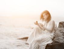 Kobiety mienia zen kamienie w ręce Zdjęcie Royalty Free