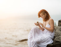 Kobiety mienia zen kamienie w ręce Zdjęcia Royalty Free