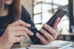 Kobiety mienie, używać mądrze telefon i patrzejący w biurze podczas gdy pracujący zdjęcie royalty free