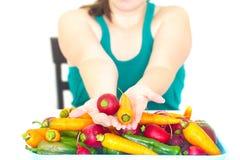 Kobiety mienie w ręki rzodkwi i rozsypisko warzywo Obraz Royalty Free