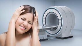 Kobiety migrena z mri obrazem cyfrowym royalty ilustracja