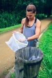 Kobiety miotania śmieci po plogging Obraz Stock