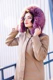 Kobiety kobiety modela portreta menchii kurtki poważna młoda dziewczyna cieszy się tło jesieni zimy czerni Piątku pelage futerka  zdjęcie royalty free