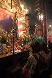 Kobiety modlą się piękną mężczyzna Mo świątynię w Hong Kong Obrazy Royalty Free