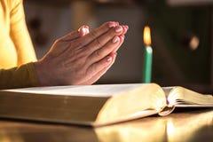 Kobiety modlenie z jej rękami nad biblią, ciężki światło Obraz Royalty Free