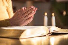 Kobiety modlenie z jej rękami nad biblią, ciężki światło Zdjęcie Royalty Free