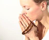 Kobiety modlenie z krzyżem w ona ręki zdjęcie royalty free