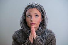 Kobiety modlenie z mrozem na jej twarzy Obraz Stock