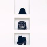 Kobiety mody akcesoria w białym wnętrzu Kapelusze, torby, buty zdjęcia stock