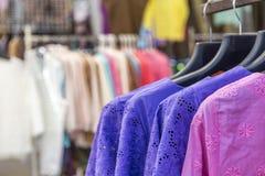 Kobiety mody pojęcie, kolorowych kobiet koszulowy obwieszenie w sklepie Obrazy Stock