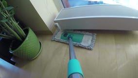 Kobiety mopping podłoga w domu Kamery zrozumienie na kwacz rękojeści 4K zbiory wideo