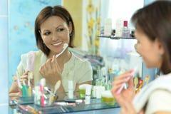 Kobiety muśnięcie jej zęby Obraz Stock