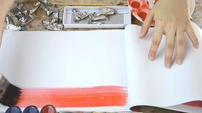 Kobiety muśnięcie podsyca z kolorem dla twój teksta na notatniku lub prezentaci zdjęcie wideo