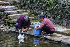 Kobiety myje rzekę Zdjęcia Royalty Free