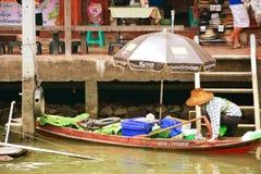 Kobiety na drewnianych łodzi przeprawiania ruchliwie ludziach unosi się m przy Amphawa zdjęcie royalty free