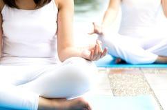 Kobiety na joga pozie Zdjęcia Stock