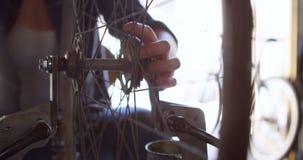Kobiety naprawianie i sprawdzać bicykl 4k zbiory wideo