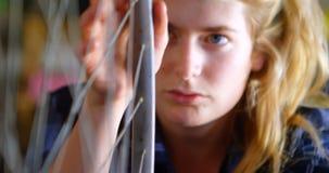 Kobiety naprawianie i sprawdzać przy warsztatem 4k bicykl zdjęcie wideo