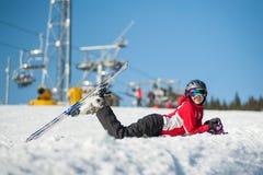 Kobiety narciarka z nartą przy winer kurortem w słonecznym dniu Zdjęcie Royalty Free