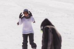 Kobiety narciarstwo przy narciarskim centrum z ciemnym mężczyzna jako przedpole obraz stock