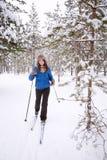 Kobiety narciarstwo w drewnach Zdjęcie Royalty Free