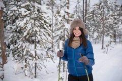 Kobiety narciarstwo w drewnach Fotografia Royalty Free