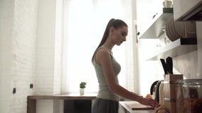 Kobiety narządzania śniadanie, tnący chleb w na pokładzie kuchni zbiory wideo