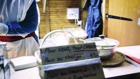Kobiety narządzania chleb z chorizo zdjęcie wideo