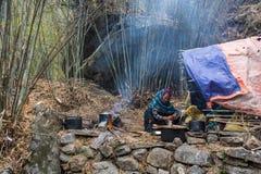 Kobiety narządzania jedzenie wokoło namiotów na Marzec 29 i ogniska, Fotografia Royalty Free
