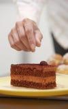 Kobiety narządzania cukierniczy tort Obrazy Stock
