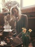 Kobiety narządzanie dla herbacianej ceremonii Fotografia Stock