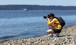 Kobiety natury fotograf pracuje na fotografiach zbliża linię brzegową Oc Obraz Stock