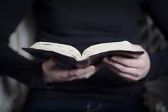 Kobiety nauka biblia Zdjęcia Royalty Free