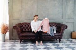 Kobiety niesie pomarańczowe torby na zakupy Szczęśliwe fotografia stock