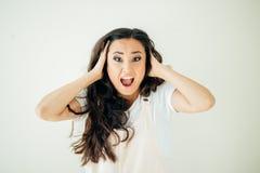 Kobiety niespodzianka pokazuje produkt Piękna dziewczyna wskazuje popierać kogoś z kędzierzawym włosy zdjęcia stock