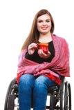 Kobiety nieważna dziewczyna na wózku inwalidzkim trzyma herbacianego kubek Obraz Stock