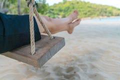 Kobiety noga na huśtawce przy tropikalną morze plażą fotografia stock
